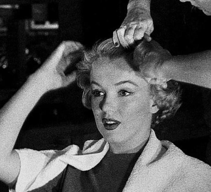 1952, c'est sous l'oeil du photographe André De DIENES que Marilyn se fait coiffer par Gladys RASMUSSEN, coiffeuse attitrée de la FOX.