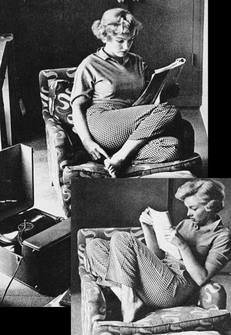 """1952, moment détente pour Marilyn dans sa chambre du """"Beverly Carlton Hôtel"""" sous l'oeil d'André De DIENES."""