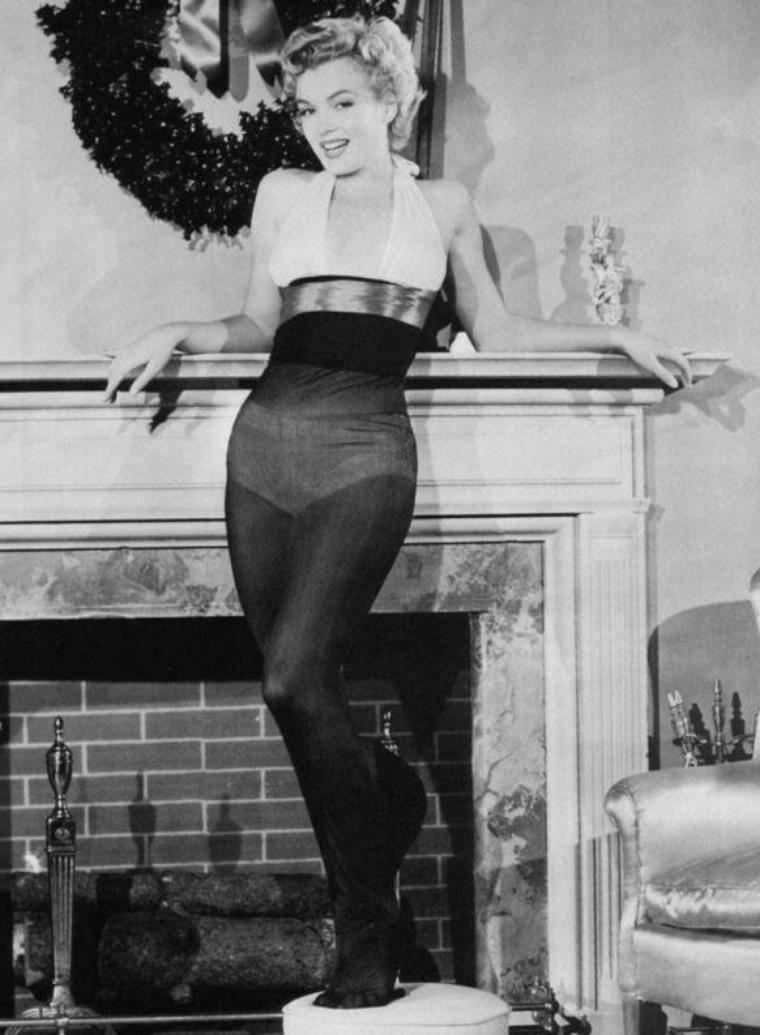 """1952, Marilyn est élue """"Le plus beau cadeau de Noël que tous les soldats aimeraient trouver au pied du sapin""""."""