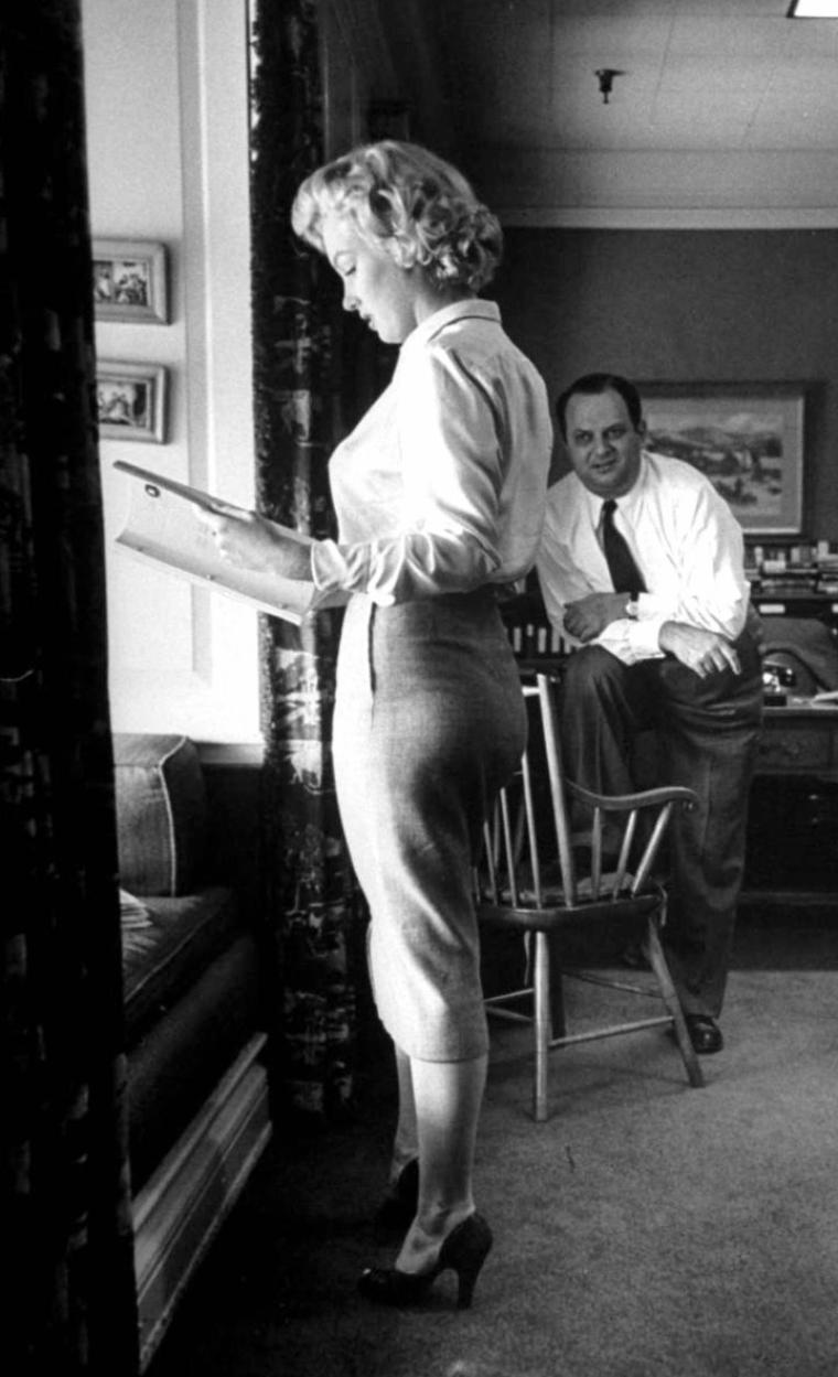 "1952, Marilyn discute du scénario de ""Clash by night"" dans le bureau de Jerry WALD. (photos Bob LANDRY)."
