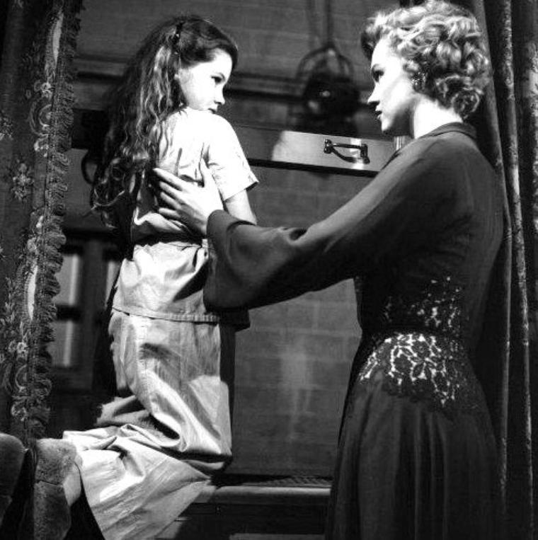 """1952, """"Don't bother to knock"""" (Troublez moi ce soir) de Roy BAKER / A PROPOS / Il est également à noter que la prestation de Marilyn dans """"Troublez-moi ce soir"""" date d'avant son temps passé à l'""""Actor's Studio"""", ce qui prouve ainsi ses prédispositions aux techniques de jeu introspectives de la « méthode » enseignée par Lee STRASBERG et Elia KAZAN."""