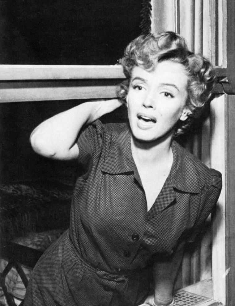 """1952, """"Don't bother to knock"""" (Troublez moi ce soir)  de Roy BAKER / A PROPOS / """"Troublez-moi ce soir"""" est essentiellement un huis clos, même si l'histoire nous fait visiter plusieurs endroits et chambres de l'hôtel. L'action a principalement lieu dans la chambre des parents de la fillette confiée aux """"bons"""" soins de Marilyn. On aurait préféré que l'intrigue soit plus circonscrite dans ce lieu pour renforcer le malaise de la situation. En effet, à côté du récit principal se voit greffée une histoire parallèle, celle opposant le personnage joué par WIDMARK à la chanteuse de piano-bar interprétée par Anne BANCROFT. Celle-ci lui reprochant son manque de sérieux dans leur relation amoureuse. Ce va-et-vient permanent au début du métrage finit par nuire au film dans sa volonté de décrire une ambiance délétère avec un personnage névrosé censé contaminer peu à peu le récit. On éprouvera néanmoins du plaisir à découvrir la toute jeune Anne BANCROFT dans son premier rôle, déjà celui d'une femme forte, indépendante et sûre de ses convictions, bien avant les rôles qui révéleront son fort potentiel dramatique (""""Miracle en Alabama"""", """"Frontière chinoise"""" ou """"Le Lauréat"""")."""