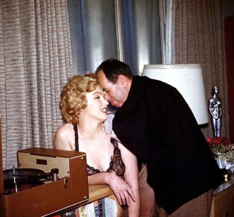 """1952, c'est dans son studio que Marilyn prend la pose sous l'oeil de Philippe HALSMAN, accompagné de son assistant Harold LLOYD, pour un reportage commandé par le magazine """"Life""""."""