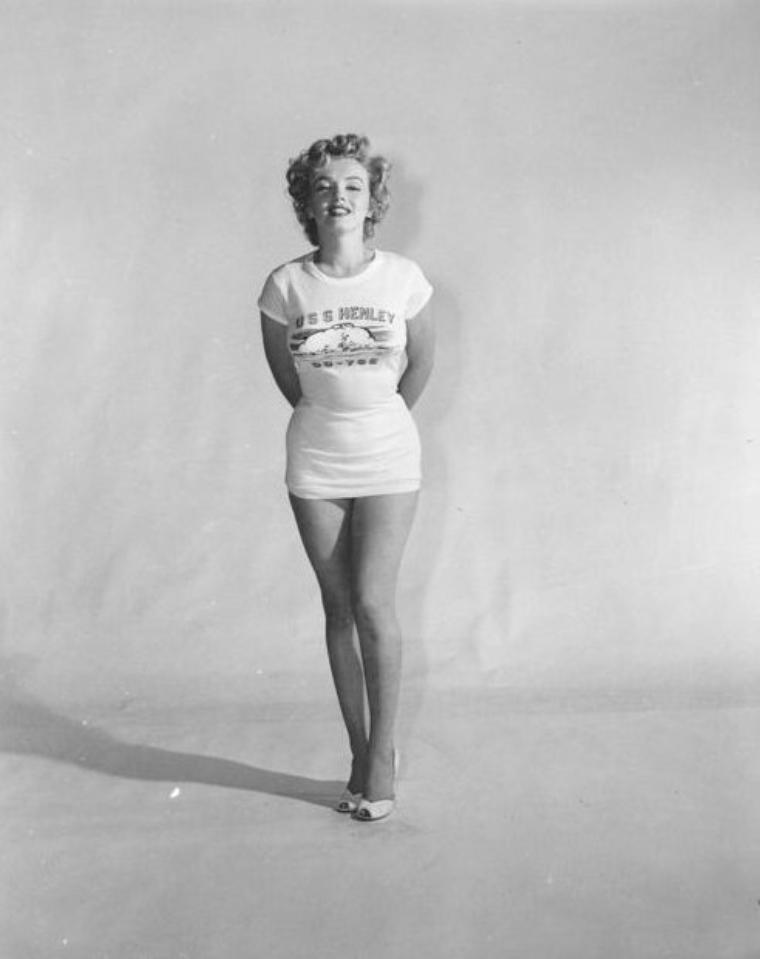 """1952, en tee-shirt USS HENLEY, Marilyn est élue """"Miss Topedo""""."""