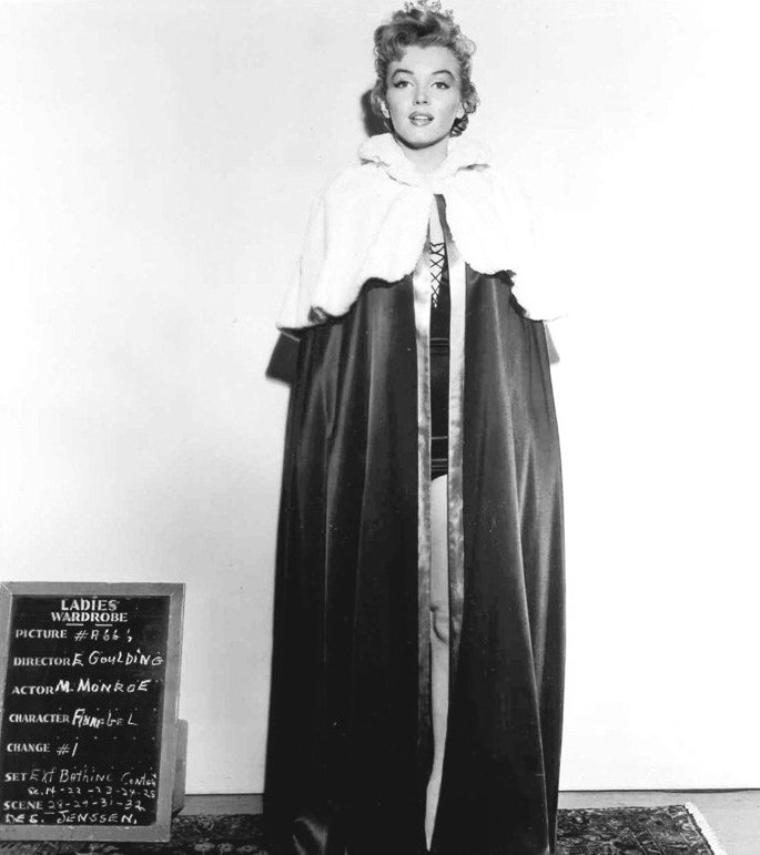 """1951, Marilyn tourne dans """"We're not married"""". ESSAIS costumes pour le film."""
