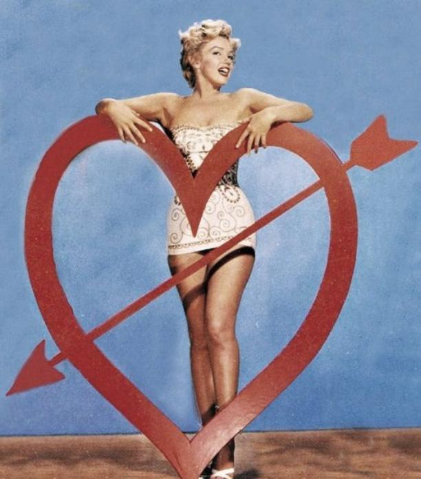 """1952, photos promotionnelles pour le film """"We're not married"""" prisent par Art ADAMS."""