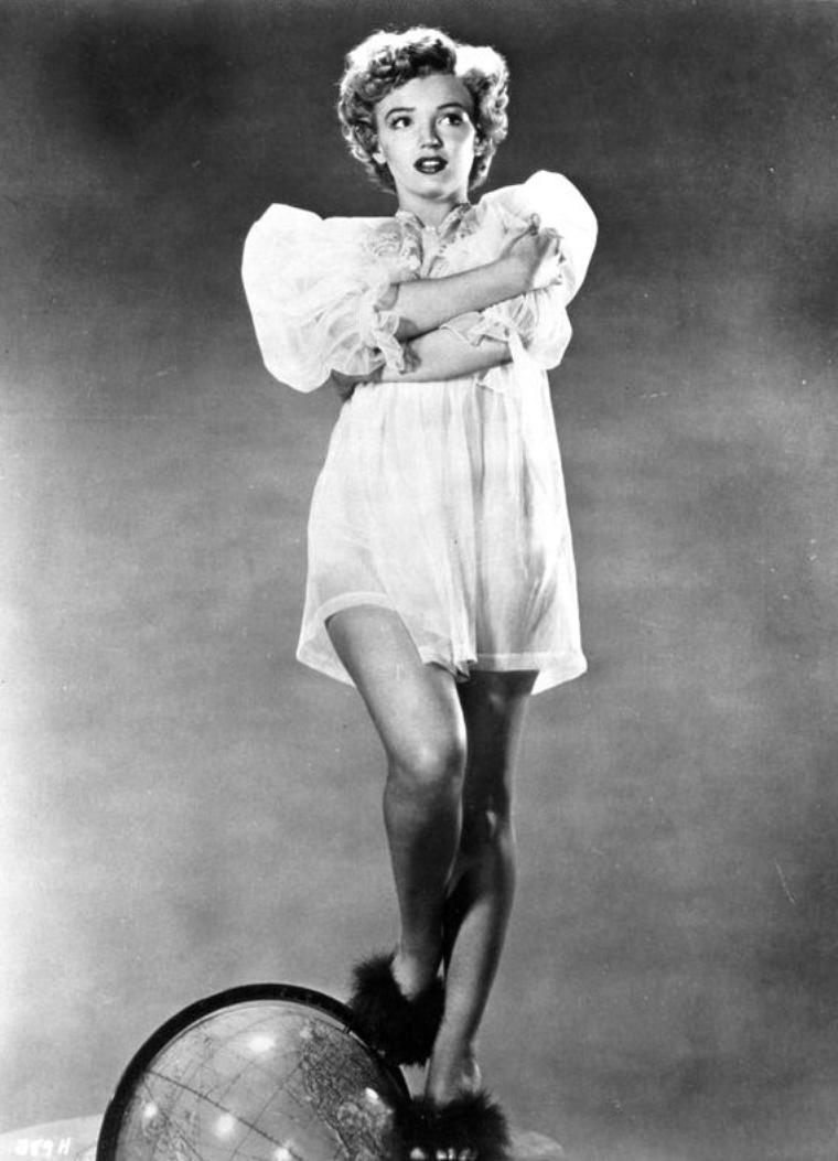 """1952, Marilyn pose pour Frank POWOLNY pour des clichés publicitaires du film """"We're not married""""."""
