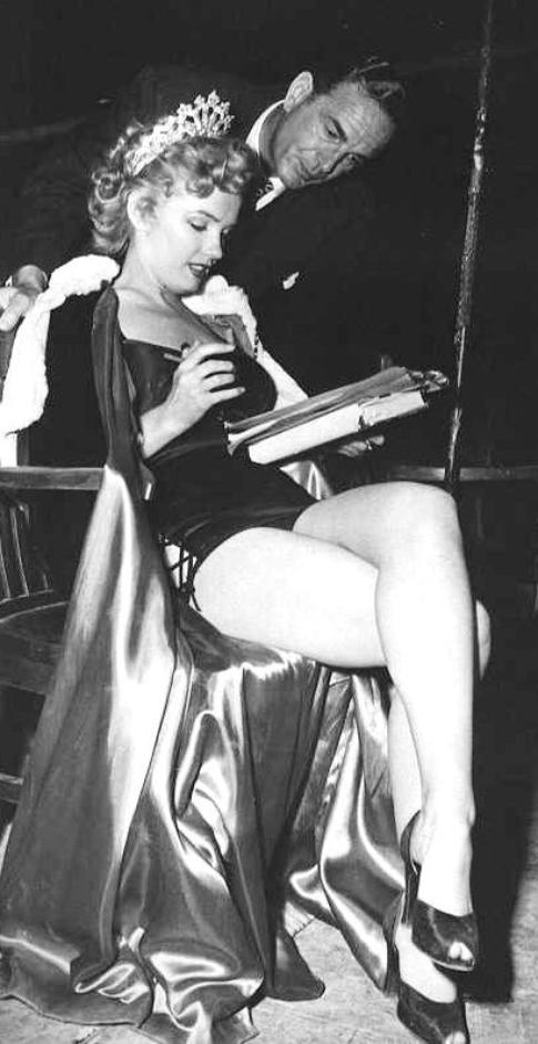 """1952, """"We're not married"""" (Cinq mariages à l'essai) d'Edmund GOULDING / SYNOPSIS (part 2) / Annabel NORRIS (Marilyn) gagne le concours de """"Madame Mississippi"""" (Mrs. Mississippi contest), celui des femmes mariées, ce qui n'est pas pour enchanter son mari Jeff car elle a désormais trop d'engagements et il doit, lui, vaquer à toutes les obligations ménagères. Il reçoit la lettre, ce qui signifie qu'elle doit être démise de son titre, puisqu'elle n'est pas légalement mariée, et qu'elle va devoir réintégrer le foyer. Le troisième couple, Katie et Hector WOODRUFF, a atteint une zone d'indifférence sympathique et de discussions convenues. Hector reçoit la lettre et se surprend, puisqu'il est de nouveau libre, à rêver à de nouvelles et nombreuses conquêtes..."""