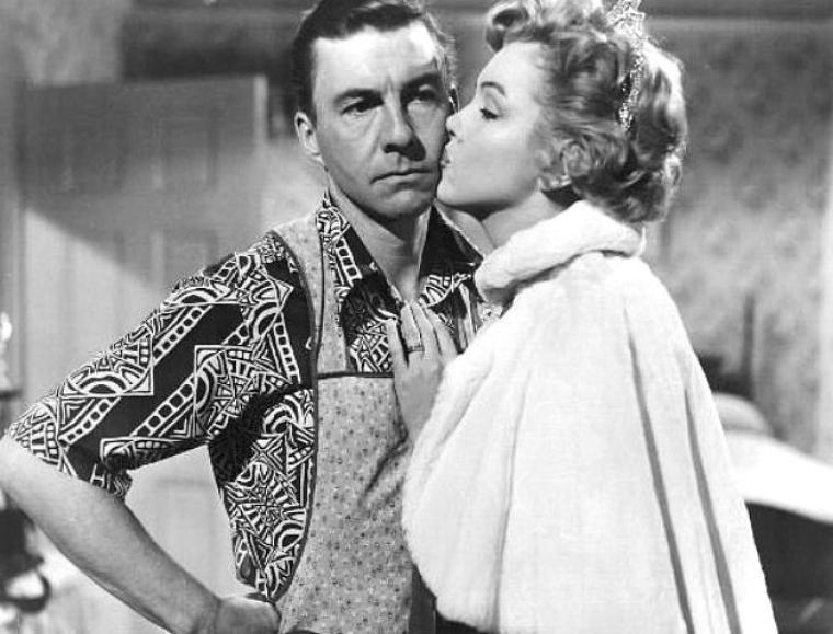 """1952, """"We're not married"""" (Cinq mariages à l'essai) d'Edmund GOULDING / APPARITIONS de Marilyn dans le film / Marilyn apparaît à la 28e minute lorsqu'elle gagne le concours de """"Madame Mississippi en maillot de bain"""" / Ensuite, à la maison, elle prépare ses affaires pour repartir sur la route avec le promoteur du concours, à la conquête de """"Madame Amérique"""" / Quelques jours plus tard, elle rentre, toujours avec son promoteur, et son mari leur apprend qu'elle est destituée car en vérité pas mariée. Elle est très contente : elle va pouvoir se présenter au concours de """"Miss Mississippi"""" (Mademoiselle Mississippi). Avant la révélation du non-mariage, le promoteur commente au mari que """"She's gonna be one of the most famous women in the United States"""" (""""Elle sera l'une des femmes les plus célèbres des États-Unis""""), des paroles prophétiques / Elle gagne le nouveau défi / Tout à la fin du film, elle se """"remarie avec son mari"""" dans un plan qui doit bien durer trois secondes."""