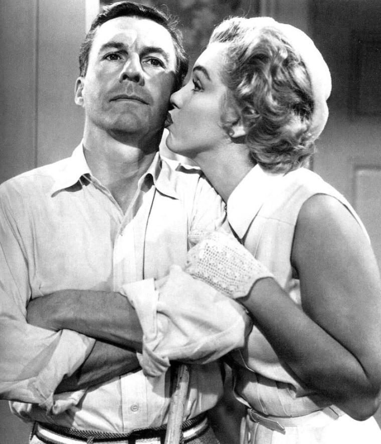"""1952, """"We're not married"""" (Cinq mariages à l'essai) d'Edmund GOULDING / A PROPOS du film / Il s'agit en fait d'un film à sketches - différentes visions de la vie de couple, différentes solutions - reliés par l'argument central de l'annulation administrative de plusieurs mariages. La production du film a été assurée par Nunnally JOHNSON, également co-auteur du scénario, qui a travaillé plusieurs fois avec Marilyn et qui, malgré ceci, a tenu des propos extrêmement durs à son égard. Par exemple : """"She was either too fey for me too understand, or too stupid, and certainly too unprofessionnal for me"""" (""""Elle était trop bizarre à comprendre, ou trop stupide, et certainement pas assez professionnelle pour moi"""") ; il semblerait qu'il se soit exprimé ainsi après qu'elle a repoussé un de ses projets, """"How to be very, very popular"""", film qui a été un bide."""