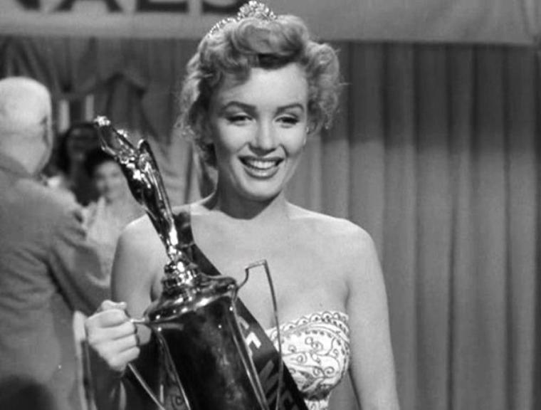 """1952, """"We're not married"""" (Cinq mariages à l'essai) d'Edmund GOULDING / CRITIQUE / Comme la grande majeure partie des films à sketches, """"Cinq mariages à l'essai"""" est une oeuvre inégale. Non pas que certains sketches sont meilleurs que d'autres, car il faut même reconnaître qu'ici même aucun de ceux-là ne se distingue par un rapport à un autre du fait de leurs piètres qualités à tous, mais parce que les grands moments du film se distingue du bon vouloir d'un casting plutôt prestigieux. Et oui, il réunit des acteurs comme Ginger ROGERS, Eve ARDEN, Paul DOUGLAS, David WAYNE, Jane DARWELL, Louis CALHERN et bien sûr une toute jeune Marilyn MONROE, ce qui est loin d'être rien. D'ailleurs vous l'aurez compris, c'est sans conteste son casting qui fait tout le sel de ce film."""