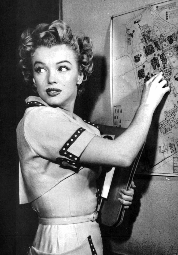 """1952, c'est pour une campagne publicitaire que Marilyn se rend à l'Université de Californie, l'UCLA en vue d'un article pour le magazine """"Movies-day""""."""