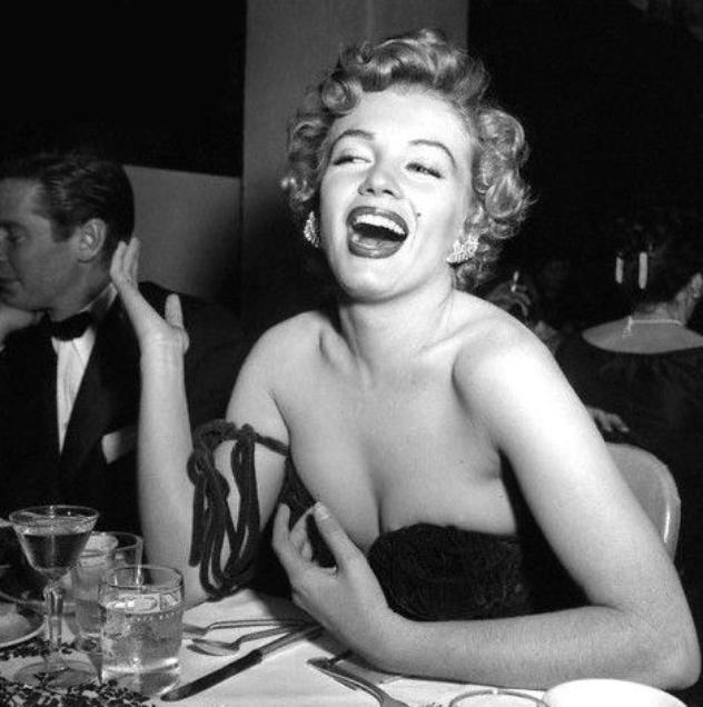 """8 Février 1952, Marilyn arrive dans une somptueuse robe moulante et très décolettée de couleure rouge à l'Hôtel """"Del-Mar"""" (photo) à Santa Monica. En effet, elle reçoit ce jour des mains de Lex BARKER et d'Arlene DAHL, le prix """"Henrietta Awards"""" de la """"Meilleure jeune personnalité du box-office 1951"""" / CRITIQUE / Pour cette soirée, Marilyn portait une robe au décolleté vertigineux - elle réajustait sans cesse sa robe sans bretelles - si bien que la presse s'en offusqua, un journaliste présent à la soirée, allant jusqu'à écrire que Miss MONROE était """"insignifiante et vulgaire dans cette robe"""" et que """"même dans un sac à patates, elle aurait été plus élégante"""". Marilyn  relèvera le défit, photos à suivre ! (part 3)."""