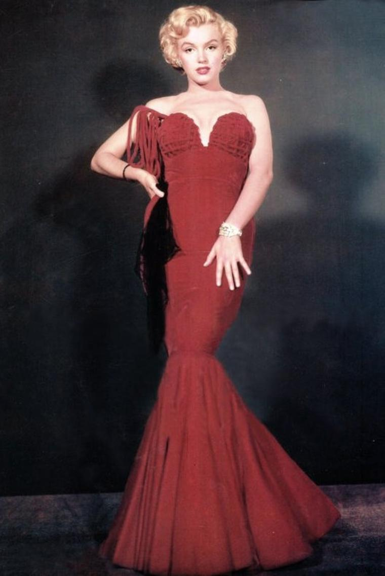 """1952 """"JEUNES PREMIERS D'HOLLYWOOD"""" / Marilyn pose dans la robe qu'elle portait lors de la cérémonie des """"Henrietta Awards"""", aux côtés de Tony CURTIS, John DEREK, Leslie CARON, Mitzi GAYNOR et Virginia GIBSON, lors d'une session photos publicitaires."""