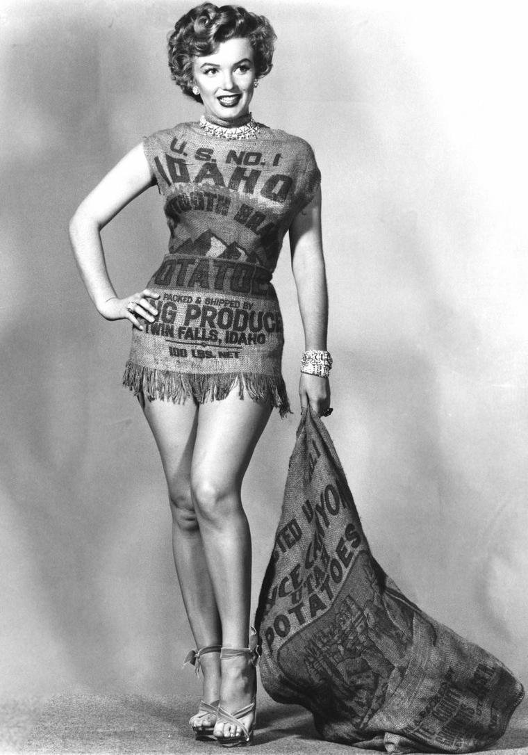 """1952, suite à la critique concernant la robe que Marilyn portait lors de la cérémonie des """"Henrietta Awards"""", cette dernière pose dans une robe créée à partir d'un sac de pomme de terre. REMARQUE :""""Elle aurait eu plus d'allure dans un sac à patates..."""" DEFIT RELEVE, Marilyn ayant beaucoup d'humour !"""