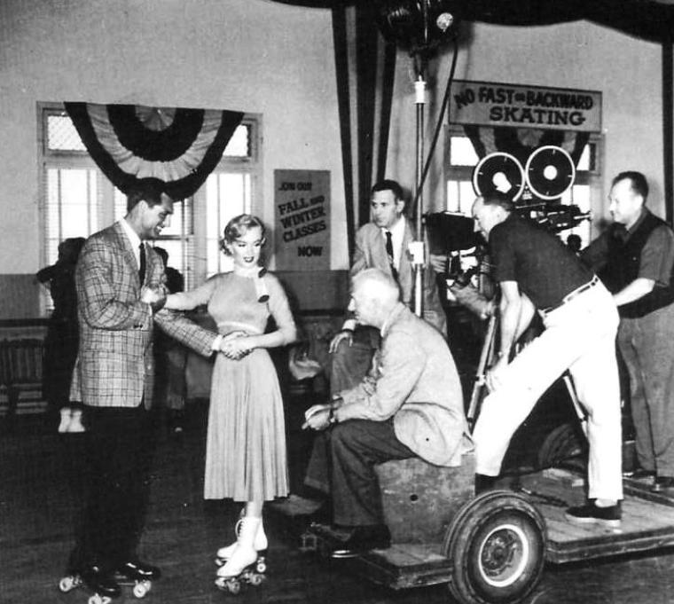 """1952, """"Monkey business"""" (Chérie, je me sens rajeunir) de Howard HAWKS / CRITIQUE / C'est sur l'image de la façade d'un pavillon cossu que défilent les premiers noms du générique de """"Chérie, je me sens rajeunir"""" (""""Monkey Business""""), lorsque la porte s'ouvre, laissant apparaître un homme distingué, portant frac et chapeau. Il avance tête baissée, marmottant quelque propos inintelligible, absorbé par ses pensées, comme coupé du monde – peut-être à cause de l'épaisseur des verres de ses lunettes. C'est alors qu'une voix grave se fait entendre, off : « Pas encore, Cary. » Pour Howard HAWKS, l'homme que nous voyons n'est pas encore Barnaby FULTON, scientifique distrait marié à Edwina (Ginger ROGERS), mais toujours le célèbre comédien Cary GRANT. Devant cette entrée en scène prématurée, le réalisateur se sent obligé d'intervenir lui-même, ne serait-ce que vocalement. Sommé de rebrousser chemin, l'acteur se ressaisit, retourne sagement derrière le décor, et le générique reprend son cours. Jusqu'au prochain faux départ. « Nooon », intervient à nouveau la voix. Le balbutiement d'une fiction qui démarre à contretemps tend à montrer qu'il existe un moment propice, où tous les éléments sont réunis, où tout le monde est prêt, et où l'acteur peut enfin faire disparaître ses traits de vedette sous le personnage qu'il incarne..."""