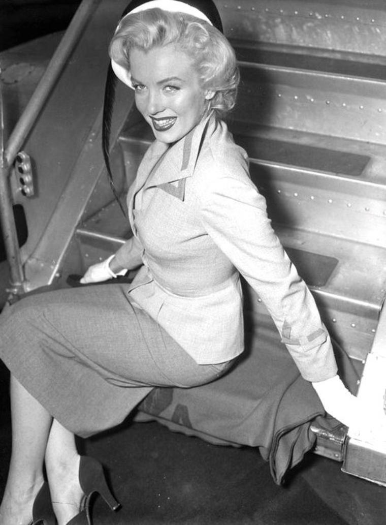 """Août 1952, Marilyn embarque à l'aéroport du Queens, afin de se rendre, en qualité de """"Grand Marshall"""", à l'élection de """"Miss America Pageant"""" où elle fera également la promotion de son dernier film, """"Monkey business""""."""