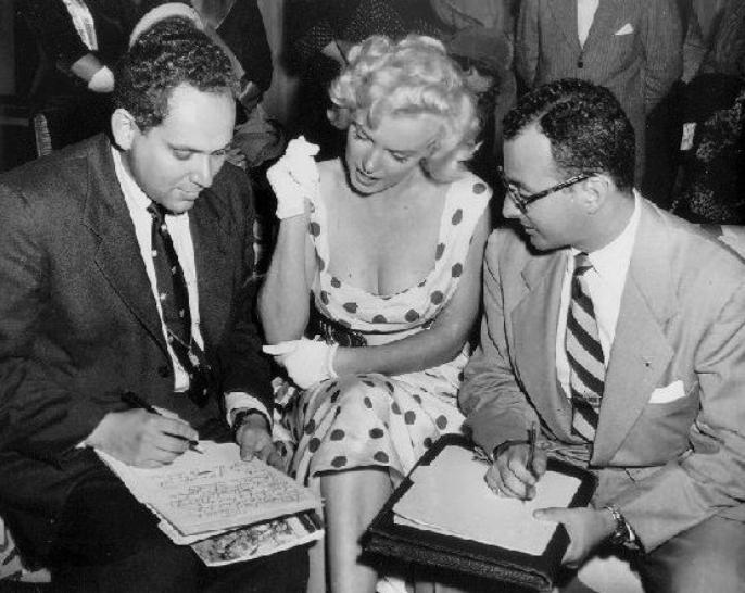 1952 : ATLANTIC-CITY (part 2) : Fraîchement arrivée dans la ville, un service du gouvernement lui demanda de poser avec des femmes militaires en uniforme pour une publicité visant à recruter davantage de personnel féminin pour les forces armées. Elle fut sollicitée par un photographe de l'armée pour des séances photos avec de jeunes américaines portant l'uniforme, afin d'encourager leurs concitoyennes à rejoindre l'armée. Elle fut photographiée en robe blanche à pois rouges, penchée à un balcon, exhibant sa féminité, si bien que dès que la photo parut, un texte officiel de l'armée annula la campagne de promotion et retira la photo, la jugeant trop provocante et non adaptée. Une conférence de presse s'ensuivra.