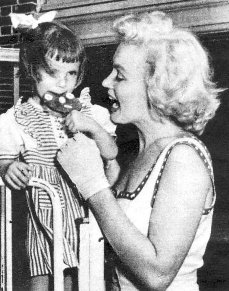 1952 ATLANTIC-CITY : Pour son dernier jour dans cette ville, Marilyn le consacre à la visite d'un hôpital pour enfants. Elle aura eu un séjour bien remplie et s'envolera pour Los-Angeles... à suivre !