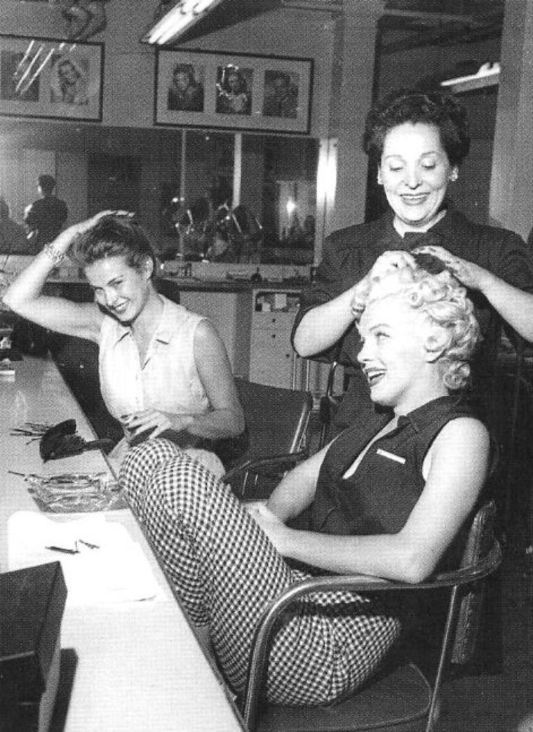 """1952, Marilyn se rend dans les studios de la FOX afin d'emprunter une robe pour une séance photos (robe d'ailleurs qu'elle portait lors de la séance photos d'avec Philippe HALSMAN et Harold LLOYD et qui fit la UNE de """"LIFE"""" ; elle prendra le temps de déjeuner, de se faire coiffer et maquiller, de faire le pitre avant de prendre la pose glamour."""