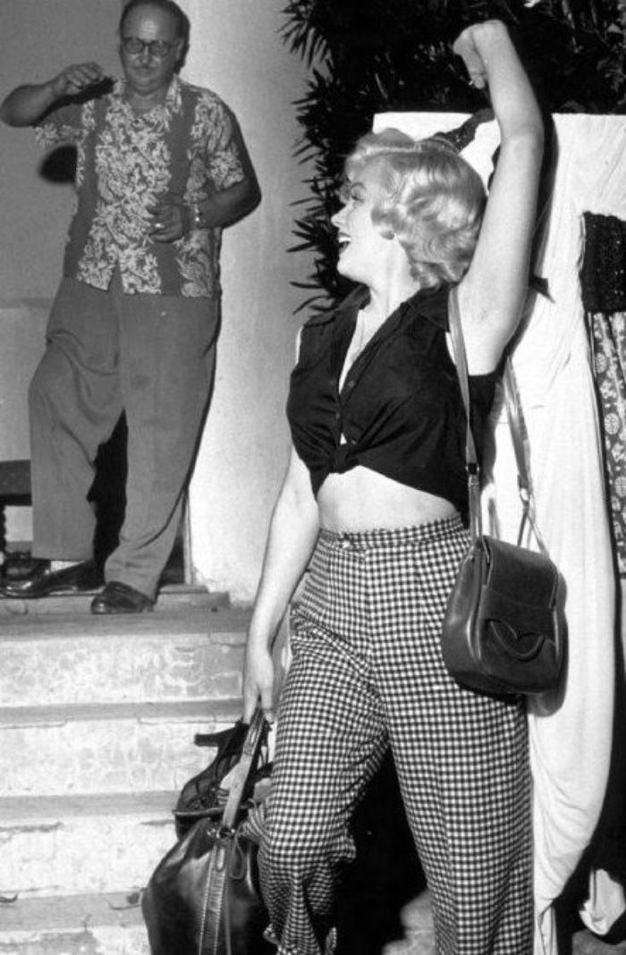 """1952, Marilyn se rend dans les studios de la FOX afin d'emprunter une robe pour une séance photos (robe d'ailleurs qu'elle portait lors de la séance photos d'avec Philippe HALSMAN et Harold LLOYD et qui fit la UNE de """"LIFE"""" ; elle prendra le temps de déjeuner, de se faire coiffer et maquiller, de faire le pitre avant de prendre la pose glamour (part 2)."""