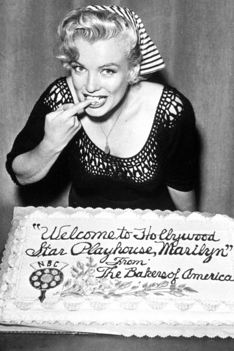 """Le 21 août 1952 Marilyn enregistre dans l'émission de radio """"Statement in full"""" sur la station NBC un spécial """"Hollywood Star Playhouse"""" en différé. On lui fait visiter les locaux de la station radio qui se trouve à Manhattan, dans New-York, et on lui montre le fonctionnement de l'enregistrement d'une émission, avec toutes les techniques et matériels utilisés. Quand à l'émission, elle sera diffusée sur les ondes dix jours plus tard, le 31 août (part 2)."""