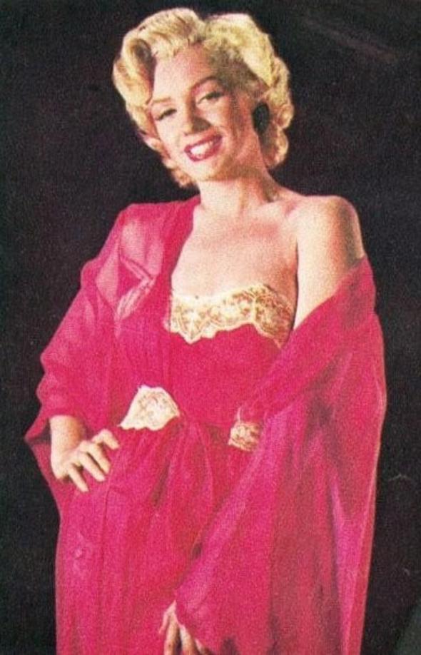 1952, célèbres photos de Marilyn posant dans un déshabillé orange, par Ernest BACHRACH.
