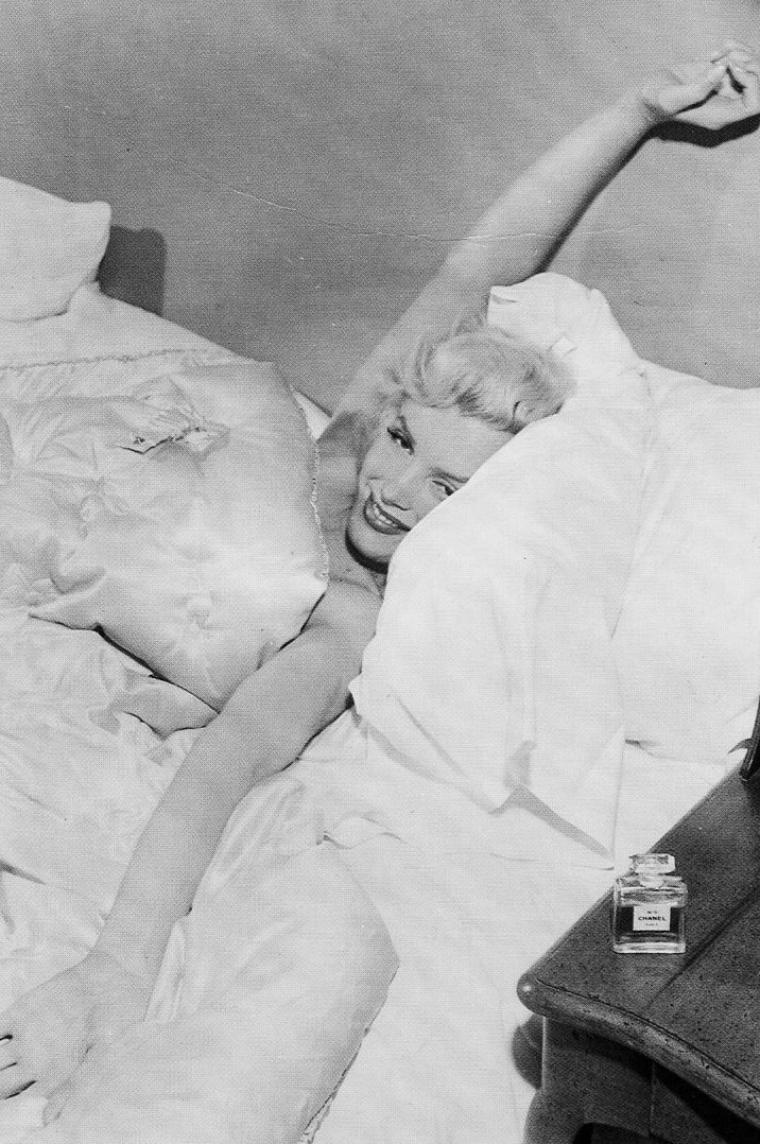 """1952, une des répliques les plus connues de Marilyn, suite à un journaliste de lui demander ce qu'elle porte au lit ; cette dernière de lui répliquer """"... une goutte de n°5 de CHANEL !"""" (photo des flacons de CHANEL ayant appartenu à Marilyn) / n° 5 de CHANEL est un parfum créé en 1921 par Ernest BEAUX pour la couturière Coco CHANEL qui désirait un parfum épuré en accord avec sa mode : « Un parfum artificiel, je dis bien artificiel comme une robe, c'est-à-dire fabriqué. Je suis un artisan de la couture. Je ne veux pas de rose, de muguet, je veux un parfum qui soit un composé. ». Il s'agit peut-être aujourd'hui du parfum le plus connu au monde (photos de Bob BEERMAN)."""