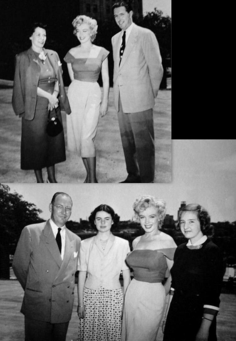 """1952, Marilyn se rend dans la ville de Niagara-Falls, à Ontario, au Canada afin d'y tourner """"Niagara"""" ; c'est sous l'oeil du photographe Jock CARROLL (dernière photo) que l'on peut voir Marilyn courir dans les rues de la petite ville ou visitant une entreprise de coutellerie, avant de se faire voir offrir une magnifique ménagère. On la voit également avec le metteur en scène Henry HATHAWAY (part 3)."""