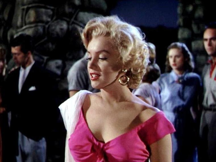 """1952-53 """"Niagara"""" d'Henry HATHAWAY / Commentaire (part 3) / Dans un univers gentillet et propre sur lui, un paysage idyllique rempli de touristes en voyage de noces, Rose LOOMIS, le personnage incarné par Marilyn, détone. Elle est mariée à un homme mûr au comportement erratique, victime de problèmes psychologiques intenses. Mais rien ne nous n'empêche d'imaginer qu'elle est la cause de ces troubles. Car Rose (Marilyn) incarne l'enthousiasme fou de sa jeunesse, la chaleur, la fièvre amoureuse, l'appétit sexuel, la recherche de liberté. Et elle ne s'embarrasse pas de considérations morales pour arriver à ses fins. Son personnage est donc celui qu'on nomme habituellement une femme fatale, vecteur de mort et de destruction. Mais il n'est pas interdit de penser que Charles BRACKETT, le scénariste producteur, et Henry HATHAWAY firent une légère satire des m½urs trop sages et consensuelles de leur époque. On pensera au couple KETTERING, suffisamment caricatural et enfermé dans leur petit confort, pour s'en laisser convaincre..."""