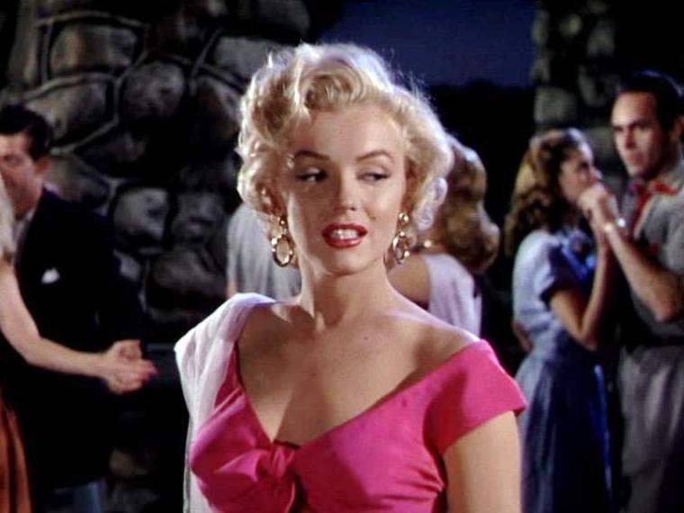 """1952-53 """"Niagara"""" d'Henry HATHAWAY / Commentaire (part 4) Marilyn chante la chanson """"Kiss"""" (video) / Néanmoins, il apparaîtra évident que la véritable héroïne (au premier degré) du film restera le personnage interprété par Jean PETERS, ménagère exemplaire et obéissante, jolie mais non sensuelle. Il faudra donc encore attendre quelques années pour que Hollywood ne réserve pas les rôles de femmes intelligentes et libérées à des personnages féminins ouvertement intrigants, fourbes et cruels.Marilyn femme fatale assurément, mais """"Niagara"""" est-il un film noir traditionnel ? La caractéristique visuelle la plus évidente de """"Niagara"""" est l'utilisation de la couleur, fait plutôt rare dans ce genre de film à l'époque. Cependant, même si certains éléments narratifs représentatifs du film noir sont bien présents, la mise en scène prend une direction différente, moins ouvertement symbolique, plus souvent documentaire et réaliste. Plus proche, dirons-nous, de """"Appelez Nord 777"""" que du """"Carrefour de la mort"""", deux autres ½uvres majeures du réalisateur. Dans """"Niagara"""", on pourrait dire que l'utilisation du Technicolor flamboyant, grâce ses couleurs saturées et évocatrices (la garde-robe et le maquillage de Marilyn sont, à ce titre, révélateurs), joue un rôle équivalent à la lumière dans le film noir classique et expressionniste..."""
