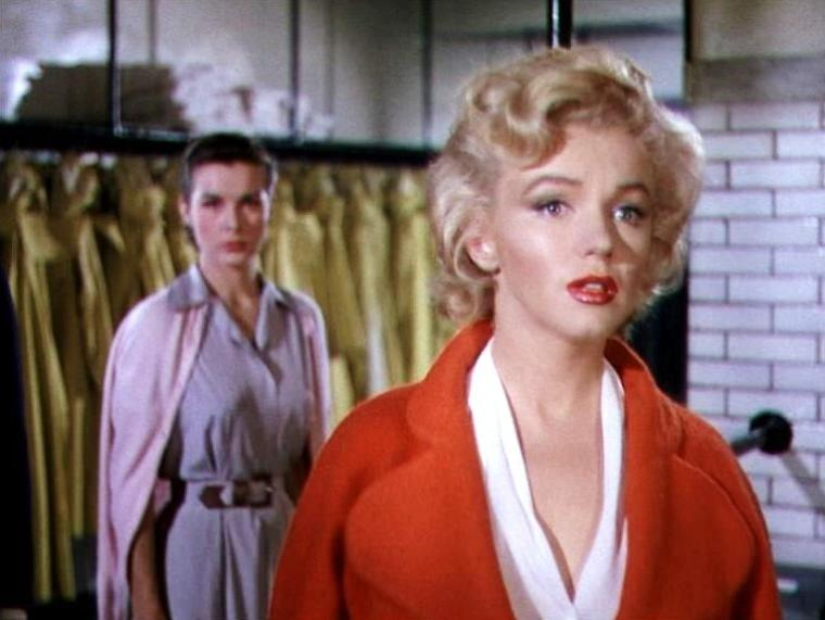 """1952-53 """"Niagara"""" d'Henry HATHAWAY / Autour du film / A sa sortie Niagara récoltera plus de 6 millions de dollars de bénéfices, alors qu'il avait coûté 1,25 millions de dollars. L'intérêt du public pour Marilyn augmenta considérablement après ce film, notamment parce qu'elle y donne une image glamour et sexy, qui choquera même certaines personnes à l'époque, comme pour la scène où elle susurre langoureusement la chanson """"Kiss"""" vêtue d'une robe jugée un peu osée dans les années 50."""