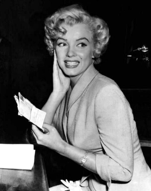 """JUSTICE / Le 26 juin 1952, Marilyn témoigne à la cour de justice de Los Angeles, dans le procès contre """"Kaupman et Kaplen"""", qui ont utilisé le nom de Marilyn MONROE pour vendre des photos de nus. Marilyn portait le tailleur du film """"Niagara"""" (part 2)."""
