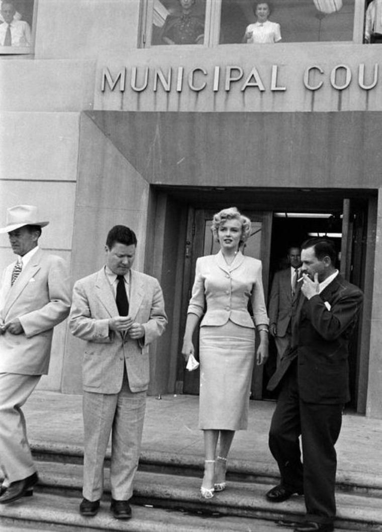 """JUSTICE / Le 26 juin 1952, Marilyn témoigne à la cour de justice de Los Angeles, dans le procès contre """"Kaupman et Kaplen"""", qui ont utilisé le nom de Marilyn MONROE pour vendre des photos de nus. Marilyn portait le tailleur du film """"Niagara"""" (part 3 with video)."""