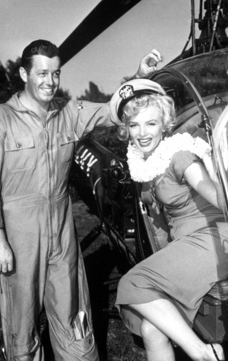 """On termine cette année 1952, qui fut riche en évènements et pour la notoriété montante de Marilyn grâce à son dernier film """"Niagara"""", avec la fête du musicien Ray ANTHONY (The Ray ANTHONY party) / La fête s'est tenue dans une villa de Sherman Oaks, dans le district de Los Angeles, situé dans la vallée de San Fernando. Marilyn, vêtue de la robe rouge du film """"Niagara"""", est arrivée en hélicoptère, puis s'est prêtée au jeu des photographes en faisant mine de jouer de la trompette et de la batterie sous les yeux avisés de Ray ANTHONY et de Mickey ROONEY, pendant que Ray ANTHONY chantait une chanson spécialement dédiée à Marilyn pour cette occasion, intitulée """"My Marilyn"""" . Parmi les nombreux convives, se trouvait aussi Sammy DAVIS Jr. Puis elle a rencontré le chien de la série """"Lassie"""". Les photographes présents: Bob WILLOUGHBY (qui a prit la plupart des photographies), Leni CARLSON et Phil STERN part 2)."""