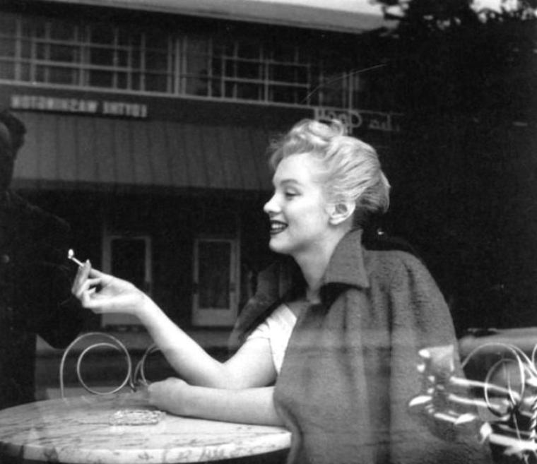 1953 : On commence ce tout début d'année 53, avec des retrouvailles sur la terrasse d'un glacier de Los Angeles, celles d'André De DIENES, photographe et ami de Marilyn depuis l'âge de 19 ans alors que cette dernière s'appelait encore Norma Jeane ; tout deux discutent travail, et c'est ainsi qu'ils prennent rendez-vous pour de nouvelles sessions photographiques. André prendra alors ces clichés lors de leurs retrouvailles.