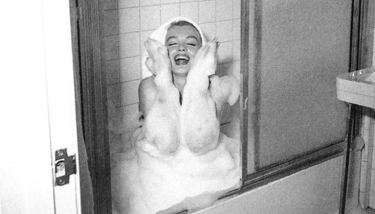 """1953, toujours dans sa chambre d'hôtel du """"Bel-Air', Marilyn prend son bain sous l'oeil d'André De DIENES."""