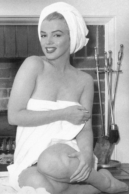 """1953, toujours dans sa chambre d'hôtel du """"Bel-Air', Marilyn prend son bain sous l'oeil d'André De DIENES (part 2)."""