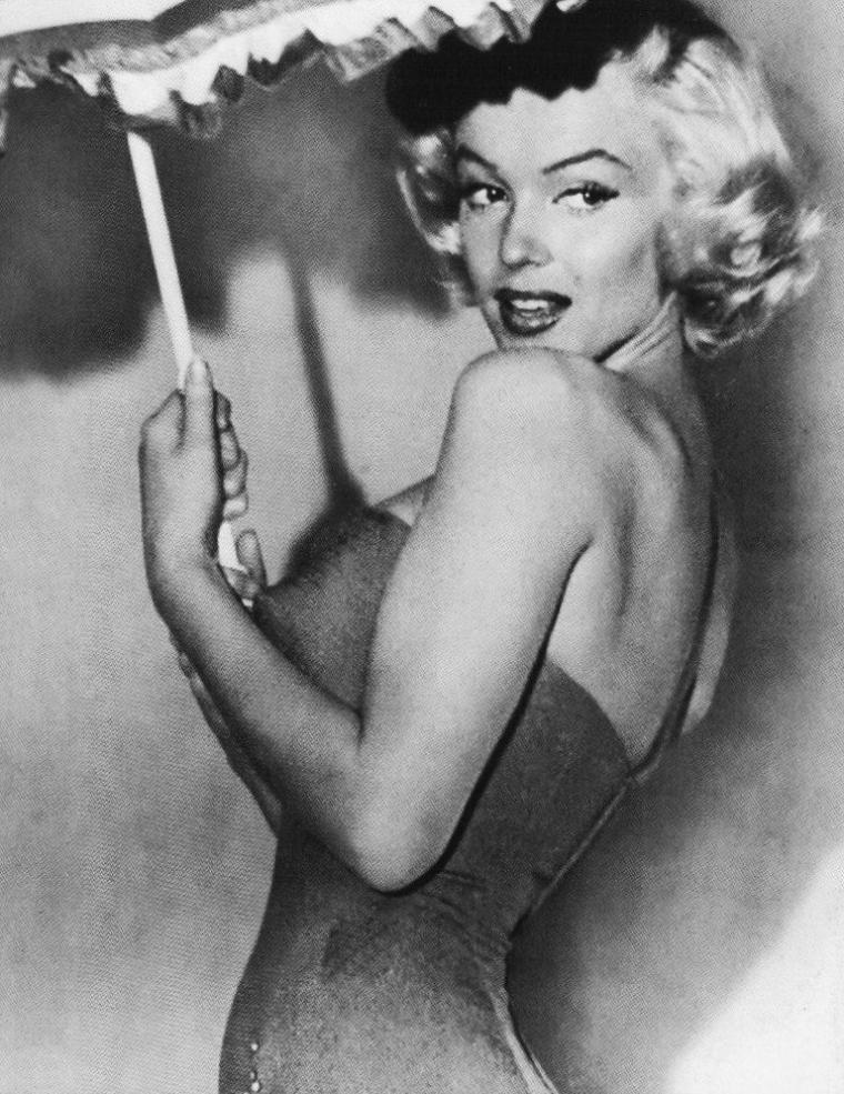 """1953, c'est sous la direction de Jean NEGULESCO que Marilyn tourne """"How to marry a millionaire"""", aux côtés de Lauren BACALL et Betty GRABLE, entre autres... PHOTOS PROMOTIONNELLES de Marilyn sous l'oeil de Bert REISFELD (session ombrelle)."""