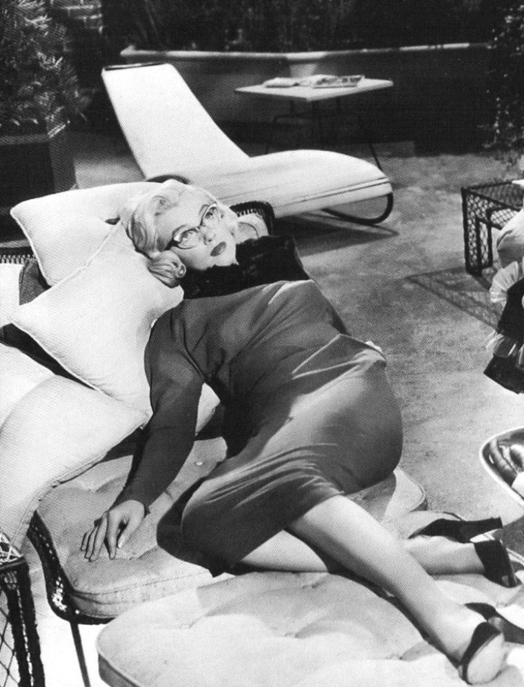 """1953 """"How to marry a millionaire"""" (Comment épouser un millionnaire) de Jean NEGULESCO / Commentaire / """"Comment épouser un millionnaire"""" a été le premier film réalisé en CinemaScope mais le deuxième distribué, le premier ayant été """"La tunique"""" (The Robe) (première le 16 septembre 1953) également produit par la Fox, avec Richard BURTON et Jean SIMMONS dans les rôles principaux. Le but de cette nouvelle technologie était de contrer la télévision dont la popularité était chaque jour plus forte aux États-Unis. Le slogan du film était """"The modern miracle - You see without special glasses"""" (Le miracle moderne - Vous n'avez même pas besoin de lunettes spéciales). La première scène du film, qui dure près de 5 minutes, n'a aucun lien avec l'histoire et se contente de montrer (et faire écouter) un orchestre symphonique dans toute sa... largeur, une démonstration de l'écran ultra spacieux (le film débute enfin après 7 minutes de musique et de générique !). D'autres scènes dans le film jouent ce même rôle : quelques vues de New York, l'appartement des trois amies qui semble ainsi immense, un panoramique des forêts du Maine, un atterrissage vu depuis le cockpit... On remarquera aussi, et pas sans raison, l'absence de plans rapprochés, le CinemaScope ayant un effet déformateur dans ce genre de proximité..."""