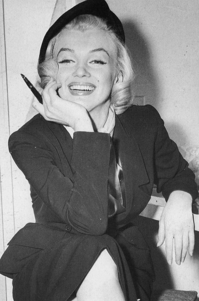 """1953, sur le tournage du film """"How to marry a millionaire"""" (Comment épouser un millionnaire) de Jean NEGULESCO, Marilyn se fait maquiller par Allan """"Whitey"""" SNYDER ou signe un autographe au policier de la sécurité..."""