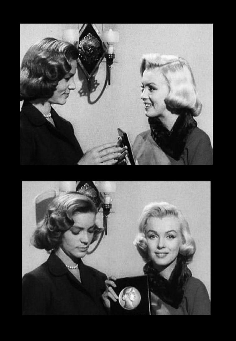 """PETIT COMEBACK : Décembre 1952, Marilyn s'apprête à tourner """"How to marry a millionnaire"""" de Jean NEGULESCO. Cette fin d'année, elle reçoit des mains de Lauren BACALL (pour la séquence filmée), une de ses partenaires dans le film, le prix """"Look-Award"""" de """"La débutante la plus prometteuse de l'année 52""""."""