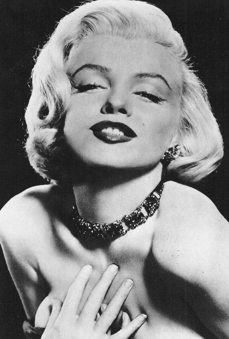1953, GLAMOUR ABSOLU avec ces photos de Marilyn prisent par Frank POWOLNY. Photos typiques représentant Marilyn dans le pur style Hollywoodien de l'époque ! (Animation en 3 D de l'une des photos de la série).