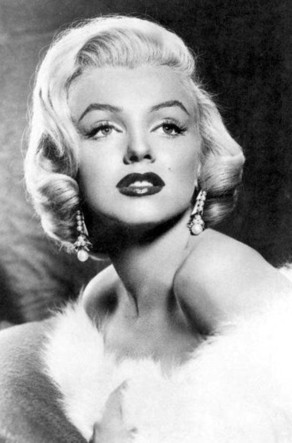 """1953, photos promotionnelles de Marilyn pour le film """"Gentlemen prefer blondes"""" de Howard HAWKS, signées Frank POWOLNY."""