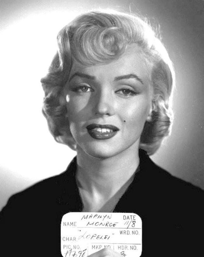 """1953, ESSAIS costumes et coiffures pour le film """"Gentlemen prefer blondes"""" de Howard HAWKS / Tous les costumes que portent Marilyn ont été créés par le célèbre William TRAVILLA (on le voit sur certaines photos) / Au cinéma, TRAVILLA participe à une centaine de films américains entre 1941 et 1980. Il est plus particulièrement connu pour avoir conçu les costumes de Marilyn MONROE sur huit de ses films (dont la robe blanche soulevée sur la bouche de métro, dans la scène devenue mythique de """"Sept ans de réflexion"""", sorti en 1955). Il réalise également des costumes pour la télévision (séries et téléfilms) en 1960, puis de 1979 à 1986. Durant sa carrière, il gagne un Oscar de la meilleure création de costumes (et obtient trois autres nominations), ainsi que deux Emmy Awards."""