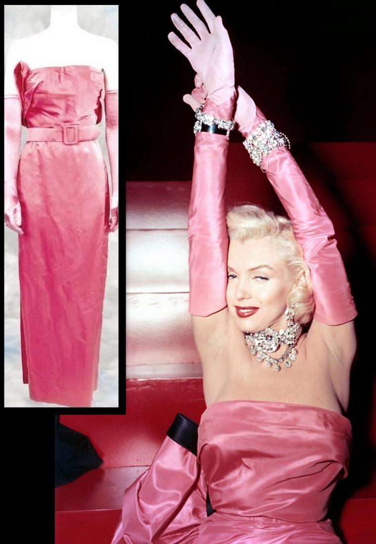 """1953, photo publicitaire de Marilyn portant la fameuse robe rose avec laquelle elle chante la chanson """"Diamonds are a girl's best friends"""". (""""Gentlemen prefer blondes"""")."""