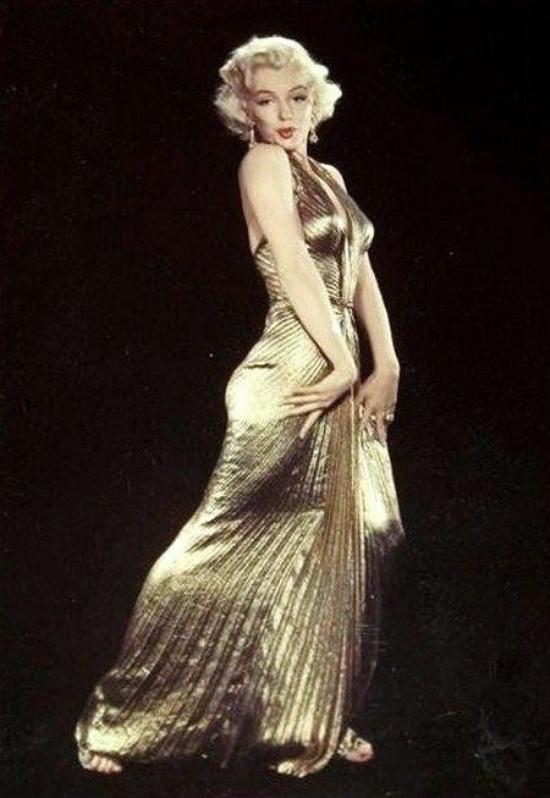 """Robe de Reine, pour la Reine de Hollywood : photos publicitaires de Marilyn dans sa fameuse robe lamée or, photographiée par Gene KORNMAN, pour le fim """"Gentlemen prefer blondes"""" de Howard HAWKS."""