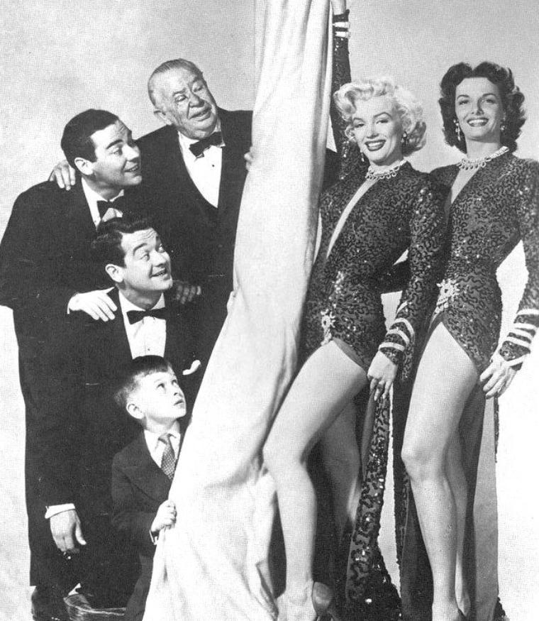"""1953, DUO de charme, DUO de choc, Marilyn et Jane RUSSELL posent pour des photos publicitaires pour le film """"Gentlemen prefer blondes"""" de Howard HAWKS (part 3) / On reconnaît également sur les photos, les autres protagonistes masculins du film, Charles COBURN, Tommy NOONAN, Elliott REID et le jeune George WINSLOW."""