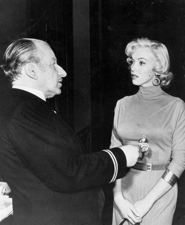 """1953 """"Gentlemen prefer blondes"""" (Les hommes préfèrent les blondes) de Howard HAWKS / COMMENTAIRE / Sous l'impulsion de Howard HAWKS et de la Fox, le scénariste Charles LEDERER réécrit complètement l'histoire en ne gardant que les thèmes principaux ainsi que les deux personnages féminins d'origine, et en donnant à chacune d'entre elles un rôle équivalent. HAWKS, surtout, va transformer une comédie légère et brillante en une satire des m½urs moderne, exercice dans lequel il excelle. La réalisation d'ailleurs n'hésite pas à user de quelques procédés burlesques, comme l'utilisation de bruitages fantaisistes ou la surimpression d'un gros diamant étincelant sur la tête de Charles COBURN pour appuyer jusqu'à la caricature l'avidité du personnage de Lorelei jouée par Marilyn."""