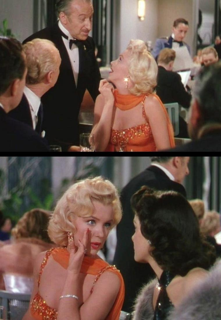 """1953 """"Gentlemen prefer blondes"""" (Les hommes préfèrent les blondes) de Howard HAWKS / PETITE HISTOIRE (part 2) / Si l'on aurait pu croire à une stratégie de la Fox de faire revenir Marilyn aux rôles de la blonde idiote qui avaient marqués les débuts de sa carrière. Forte de sa nouvelle renommée et soutenue, voire même encouragée, par sa cons½ur de tournage, elle prend le personnage au pied de la lettre avec beaucoup d'aplomb et le transcende en ajoutant ses rires, ses clins d'½ils et quelques répliques de son cru dont la meilleure reste: """"Je peux faire preuve d'intelligence quand c'est important, mais la plupart des hommes n'aiment pas ça"""". Il en ressort une Lorelei complètement différente de la pièce d'origine d'Anita LOOS, la transformant presque en leader féministe. Jane RUSSELL n'y est pas pour rien dans cette histoire, elle dénonce à travers son personnage le machisme ambiant de l'époque et en profite pour enfin se montrer sur grand écran et prouver ainsi à tous ces admirateurs qu'elle est non seulement belle (et à forte poitrine), mais qu'elle sait aussi excellemment jouer la comédie, chanter et danser. Sans que HAWKS n'y prenne garde, son film s'est transformé en une sorte de manifeste féministe d'avant-garde avec des personnages principaux féminins à forts caractères et des seconds rôles masculins qui se laissent embobiner sans rien dire, le summum étant la scène où le détective privé fini en nuisette dans le couloir du bateau..."""
